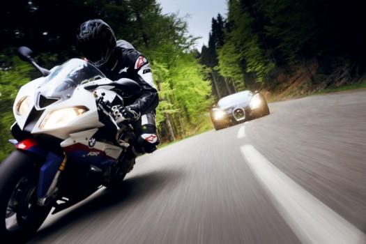 http://bmwer.ru/wp-content/uploads/2010/09/2010-Bugatti-Veyron-164-vs-2010-BMW-S-1000-RR-01-525x350.jpg